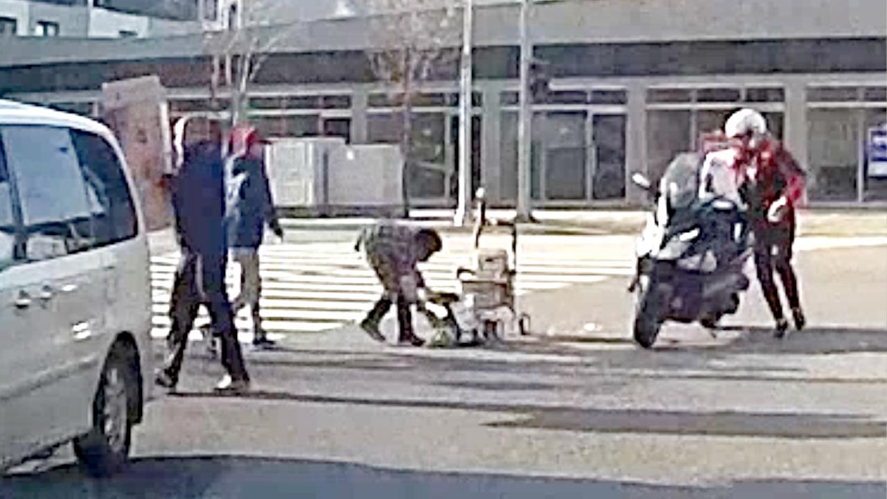 [제보영상] 누가 먼저랄 것도 없이…할머니 도운 교차로 행인들
