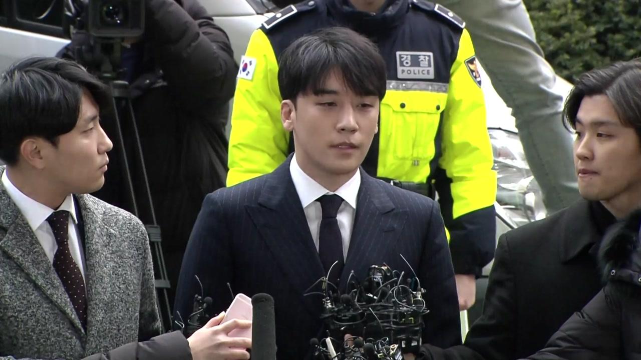 """승리 16시간 밤샘조사 마치고 귀가...""""입대 연기"""""""