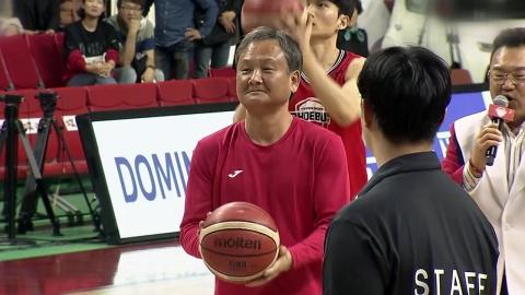 호랑이 감독과 괴짜 선수의 대결...감독이 웃었다