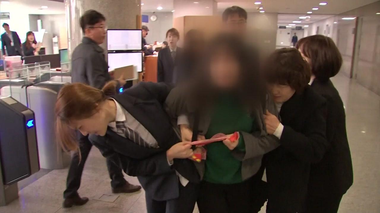 """""""나경원 사퇴하라""""...의원실 점거한 대학생들"""