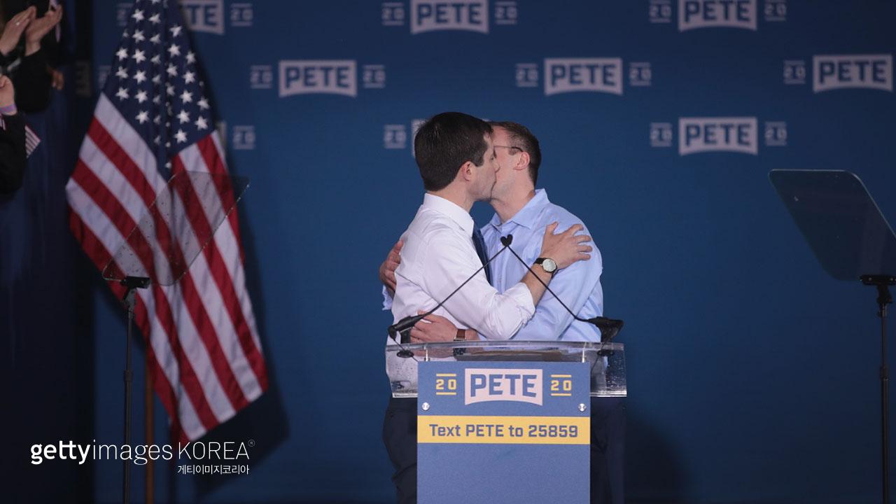 美 대선 후보, 출마 선언 후 동성 배우자와 입맞춰 화제