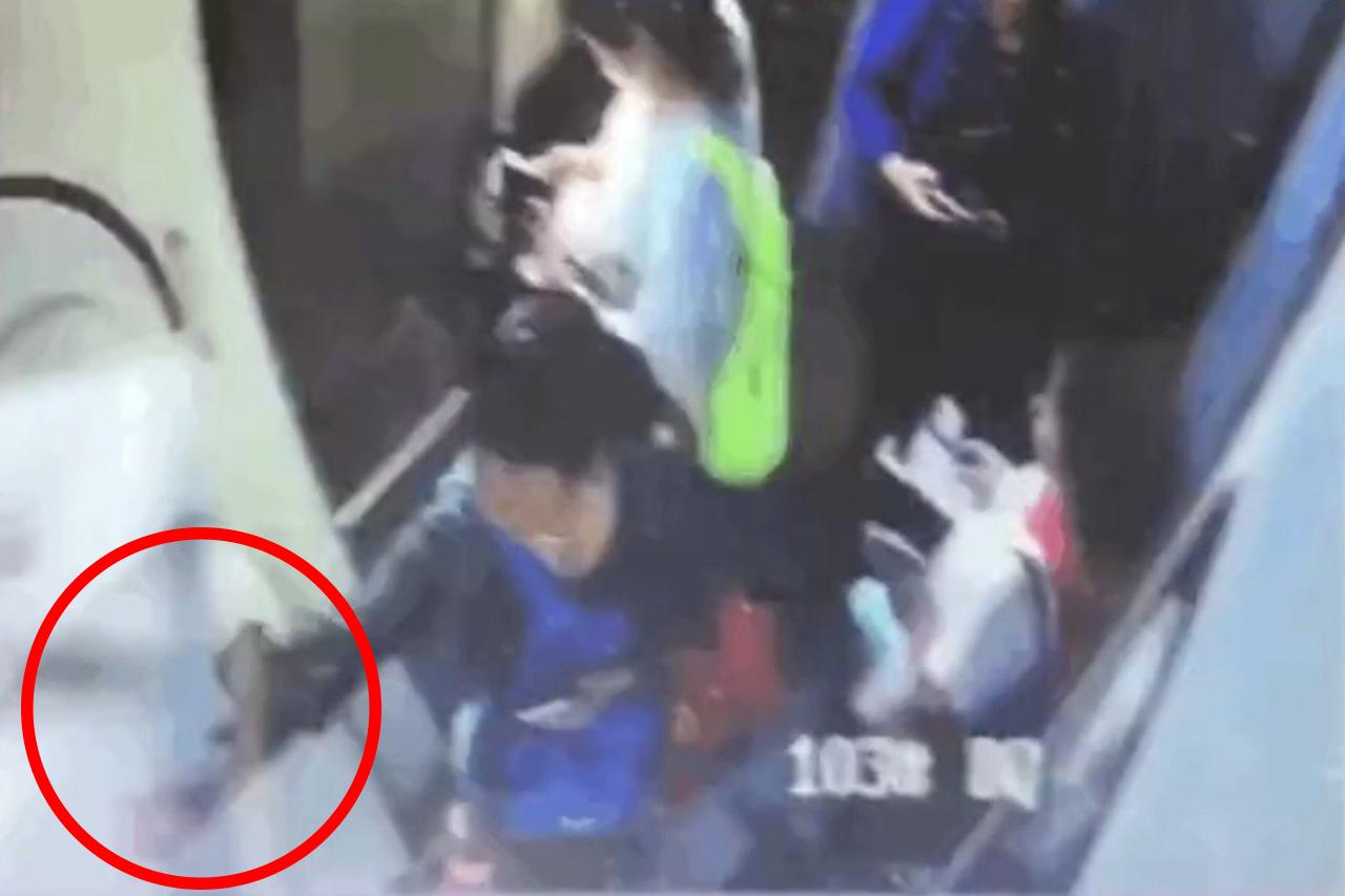 중국서 또 항공기에 동전 던진 승객...회수하느라 78분 지연