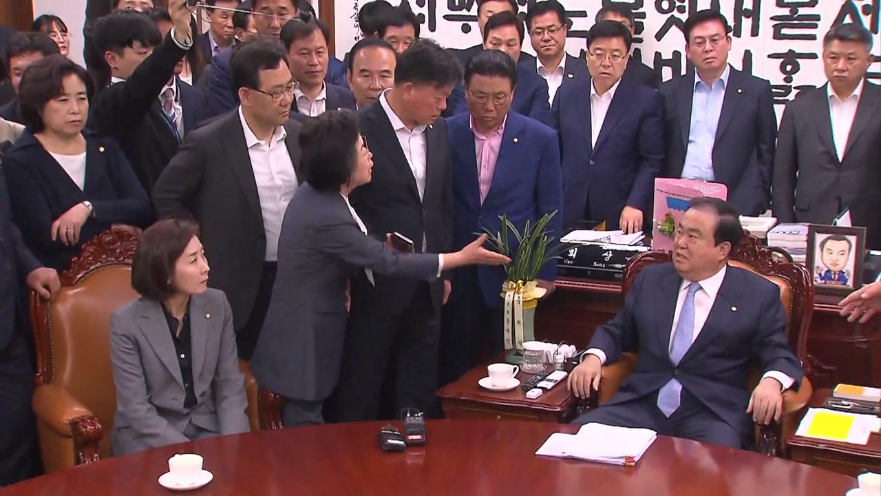 """문희상 의장실로 몰려간 한국당...이은재 """"사퇴하세요"""""""