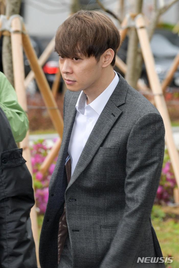 박유천, 영장실질심사 위해 법원 출석…취재진 질문에 묵묵부답