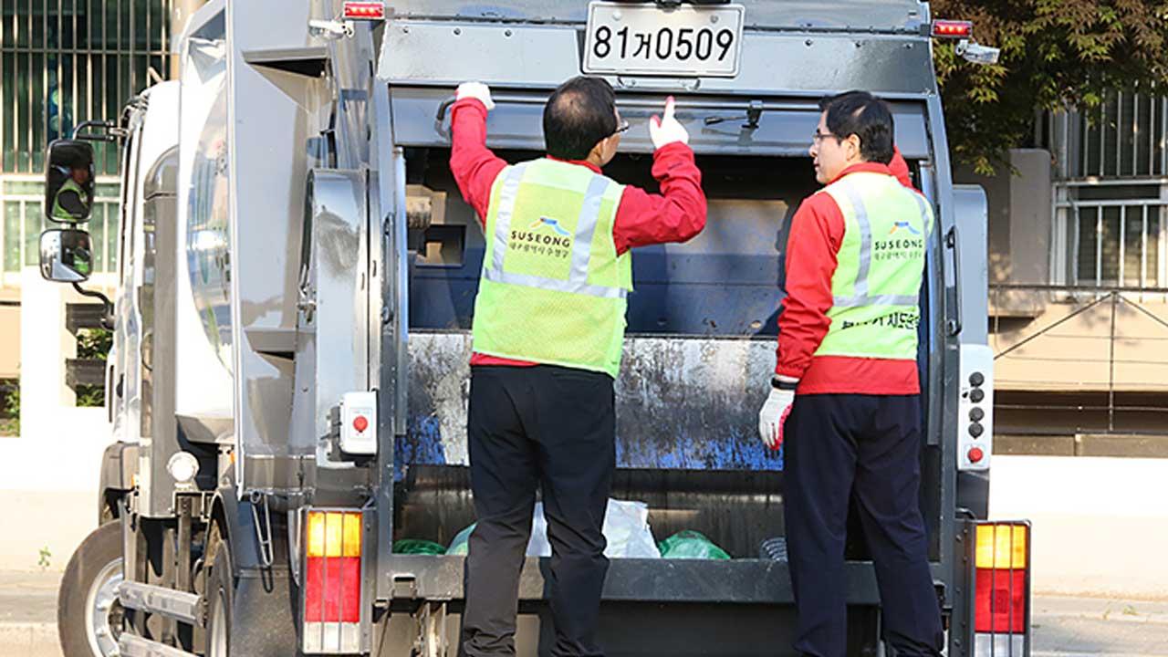 """환경미화원들, 황교안 비판 """"쓰레기 수거 차량 함부로 타지 마라"""""""