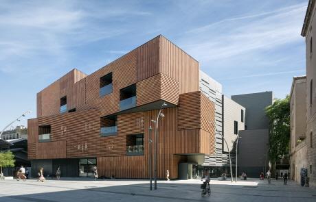 〔안정원의 건축 칼럼〕광장을 향해 회전하는 두 개의 볼륨감 있는 역동적인 학교 공간 1