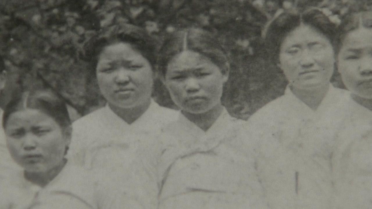 """""""꽃나무 아래 친구들과""""...유관순 열사 사진 100여 년 만에 공개"""