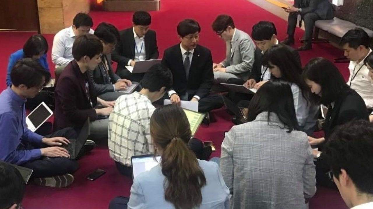"""막말 여진에 '땅바닥 브리핑'...차명진 """"꽥 소리라도 하겠다"""" 논란 재점화"""