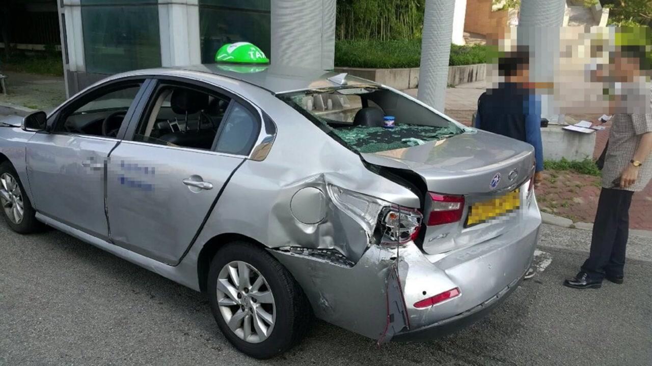 70대 택시 운전기사 앞뒤로 돌진...차량·신호등·상가 파손