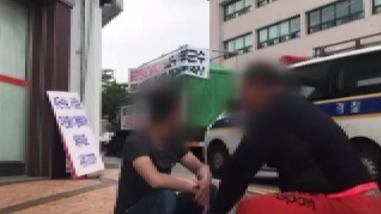 대낮 군청 앞 무차별 폭행...지나가던 경찰은 '나몰라라?'