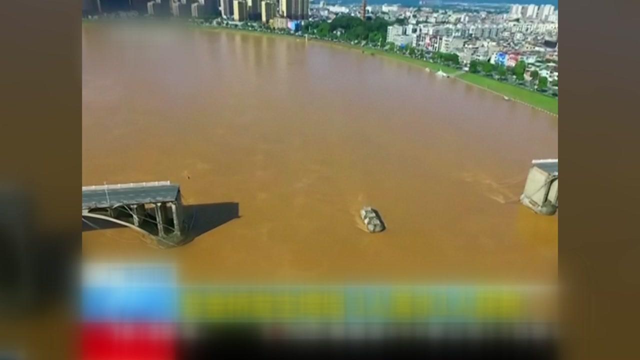 폭우 이어진 중국 광둥성, 다리 상판 붕괴로 차량 추락...2명 실종