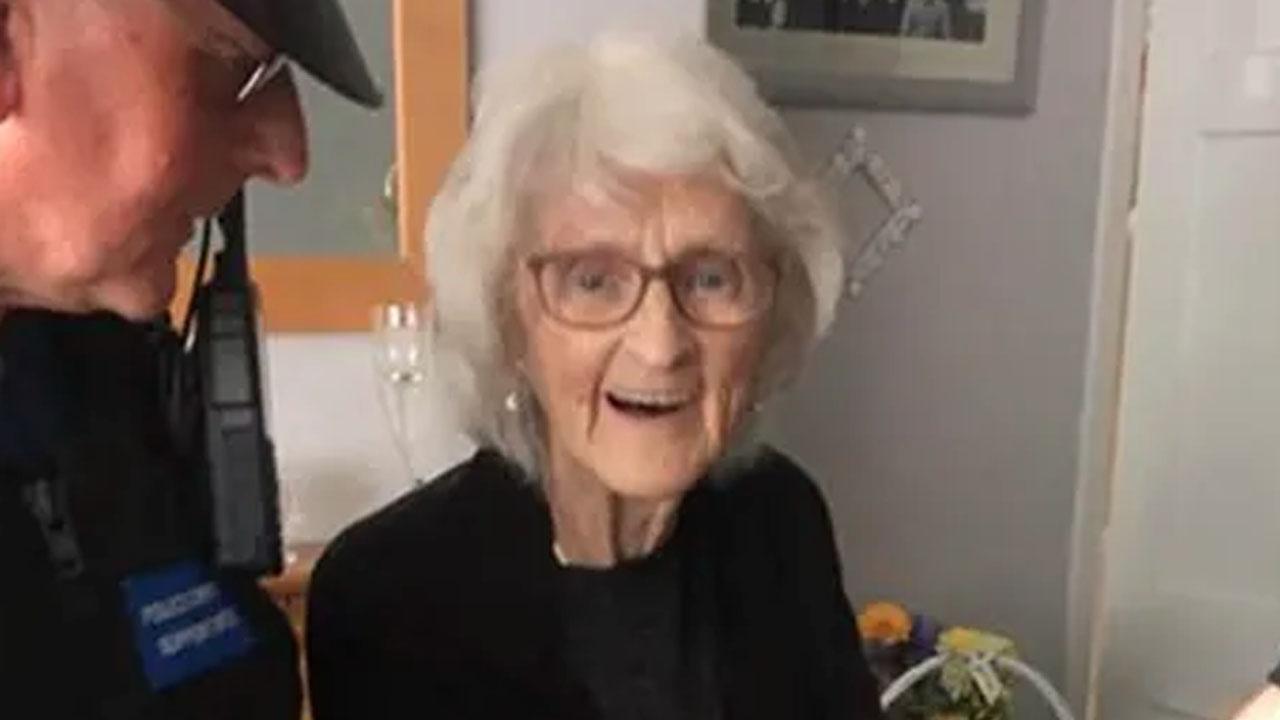 경찰에 체포되고 싶었던 93세 할머니 '소원 성취'