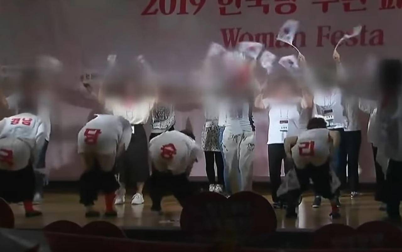 """여성 당원 엉덩이춤 본 황교안 """"더 연습해 공연단 만들길"""""""