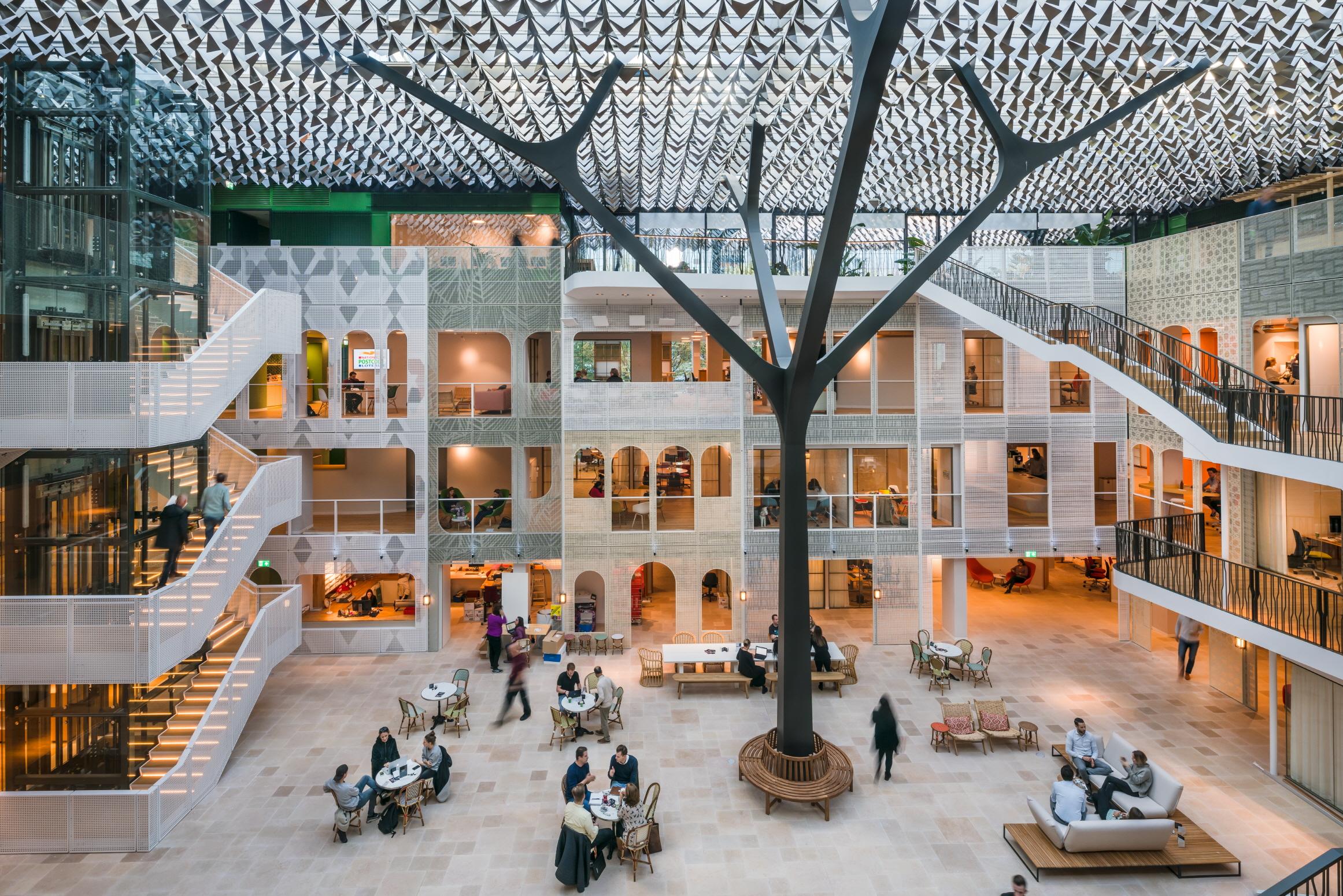 〔안정원의 건축 칼럼〕나뭇잎과 숲을 형상화한 6,800개의 빛나는 알루미늄 녹색 지붕 1