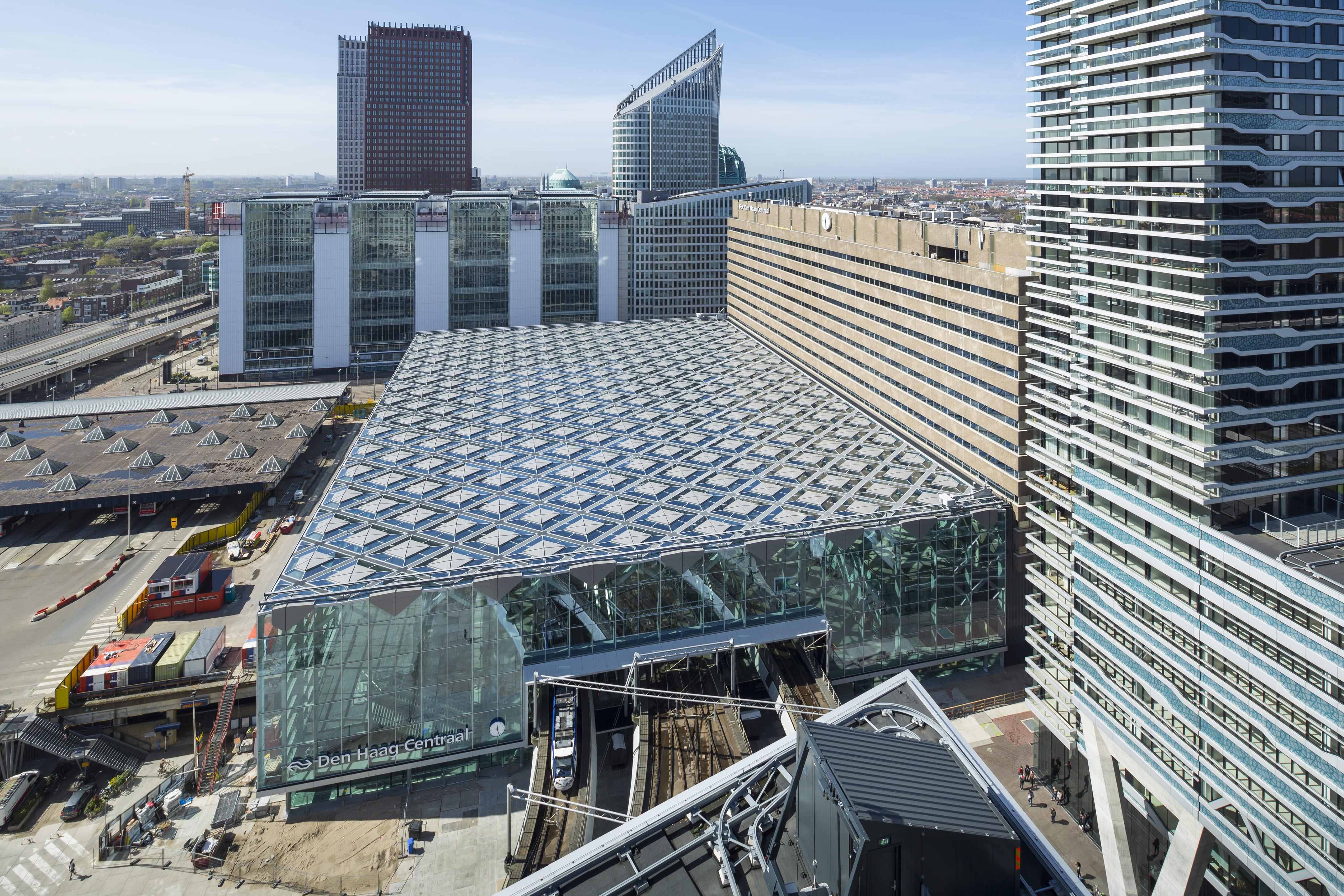 〔안정원의 건축 칼럼〕마름모꼴의 기능성 지붕을 머금고 있는 도시 광장 1