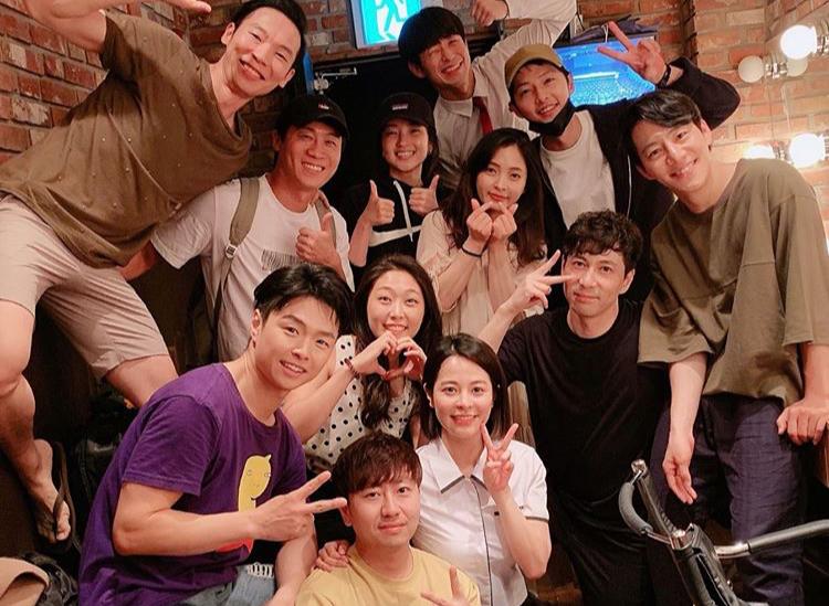 """송중기, 이혼 발표 전 밝은 모습... """"연극 본 후 동료들과 사진"""""""