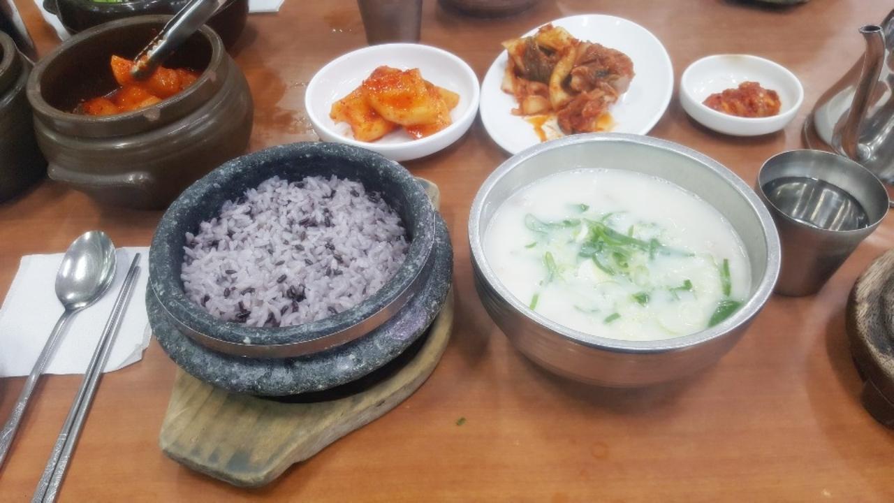 [힘이 되는 한 끼] 곰설채설렁탕, 담백한 국물·달콤한 김치의 감동
