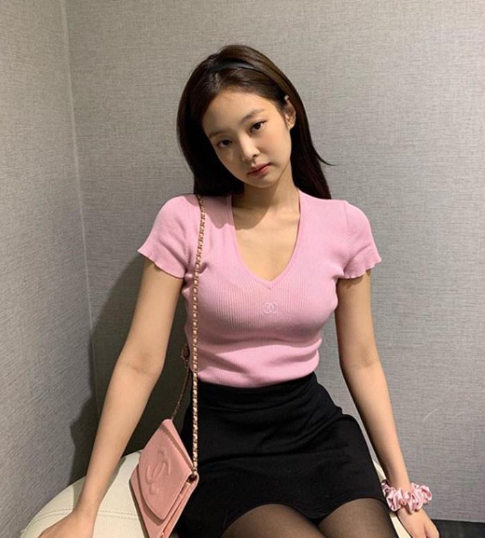 '인간샤넬' 제니, 러블리한 공항패션…블랙+핑크 출국