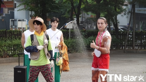 [Y패션] 노라조, 출근길 파격 '샤워' 퍼포먼스 어땠나?…콘셉트 끝판왕