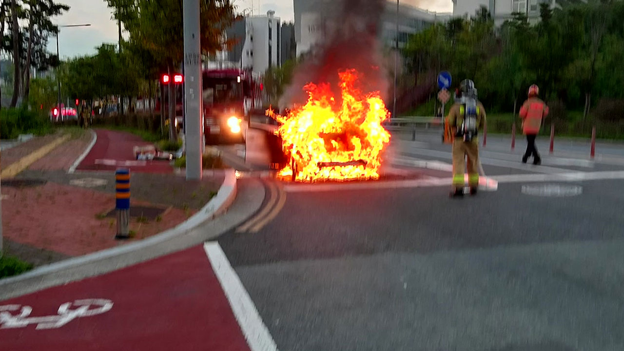 '펑'하고 승용차 엔진에서 불길 치솟아