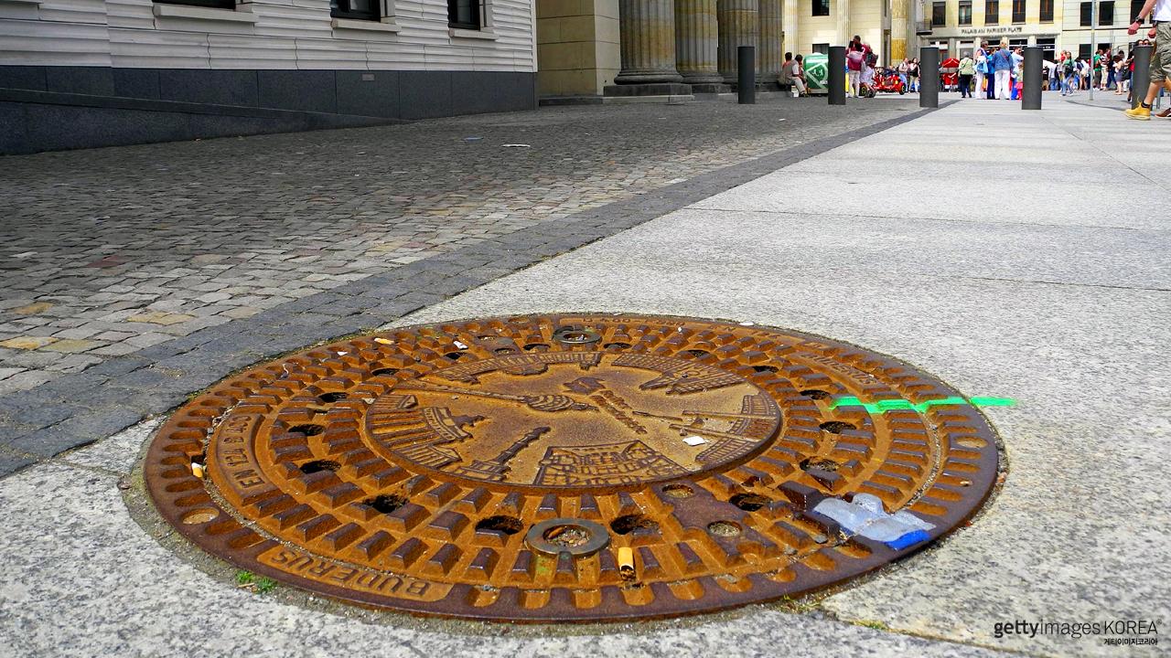 '맨홀'은 남성을 연상케 한다? 美서 표현 변경 추진 논란