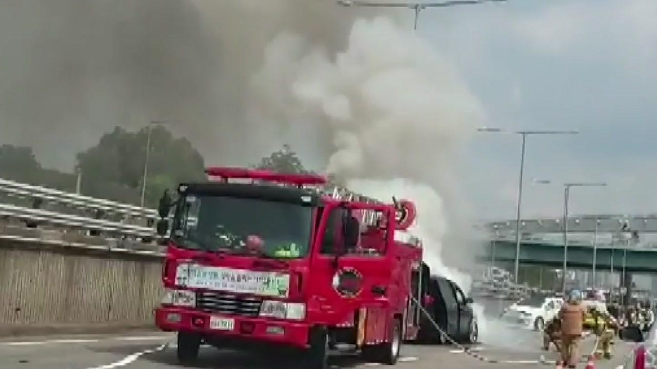 서울 강변북로 3중 추돌...승합차에서 불