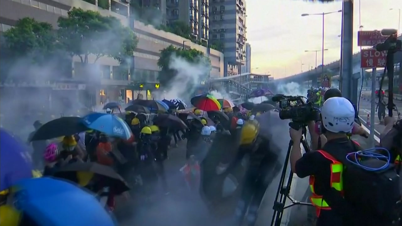 """中, 홍콩에 경고...""""불장난하면 타 죽는다"""" vs """"안보문제 아니다"""""""