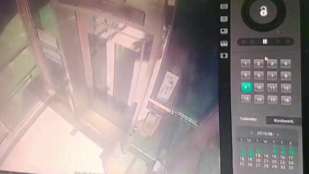 70대 노인 탄 전동휠체어, 엘리베이터 문 부수고 추락