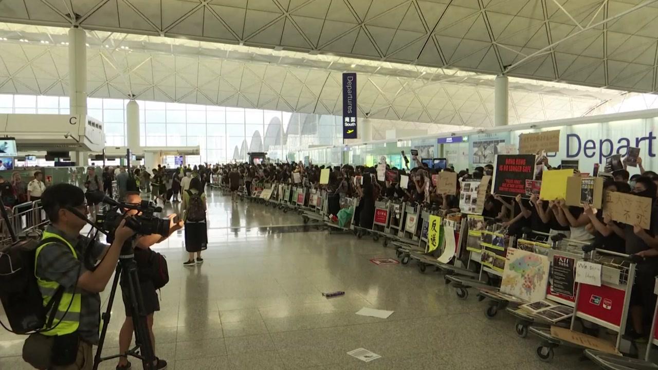 홍콩국제 공항 점거 사흘째...출발편 운항 전면 중단
