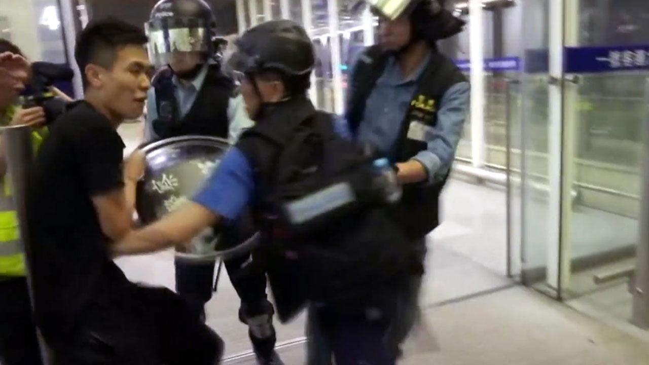 홍콩 공항 '불안한' 운항 재개...오후 시위 또 변수