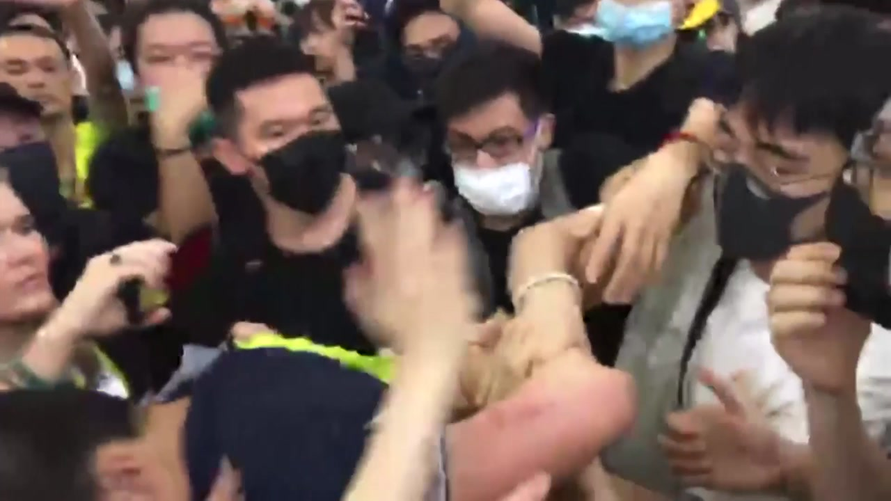 """中 """"시위대가 본토인 폭행""""...홍콩 개입 명분 쌓기"""