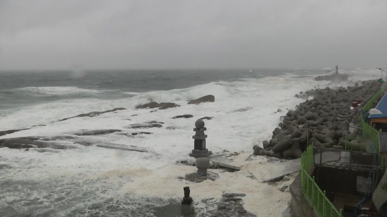 [날씨] 광복절에 태풍 日 강타...동해안 300mm 비바람