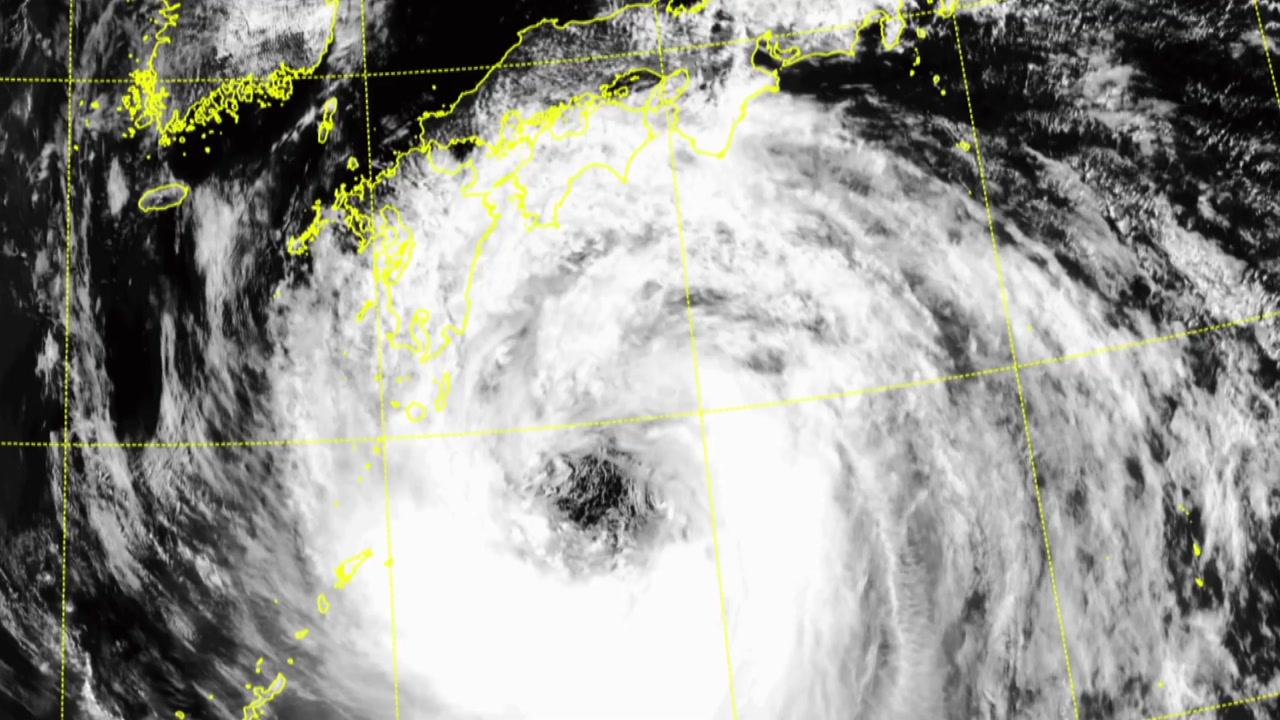 광복절에 태풍 日 강타...동해안 300mm 비바람