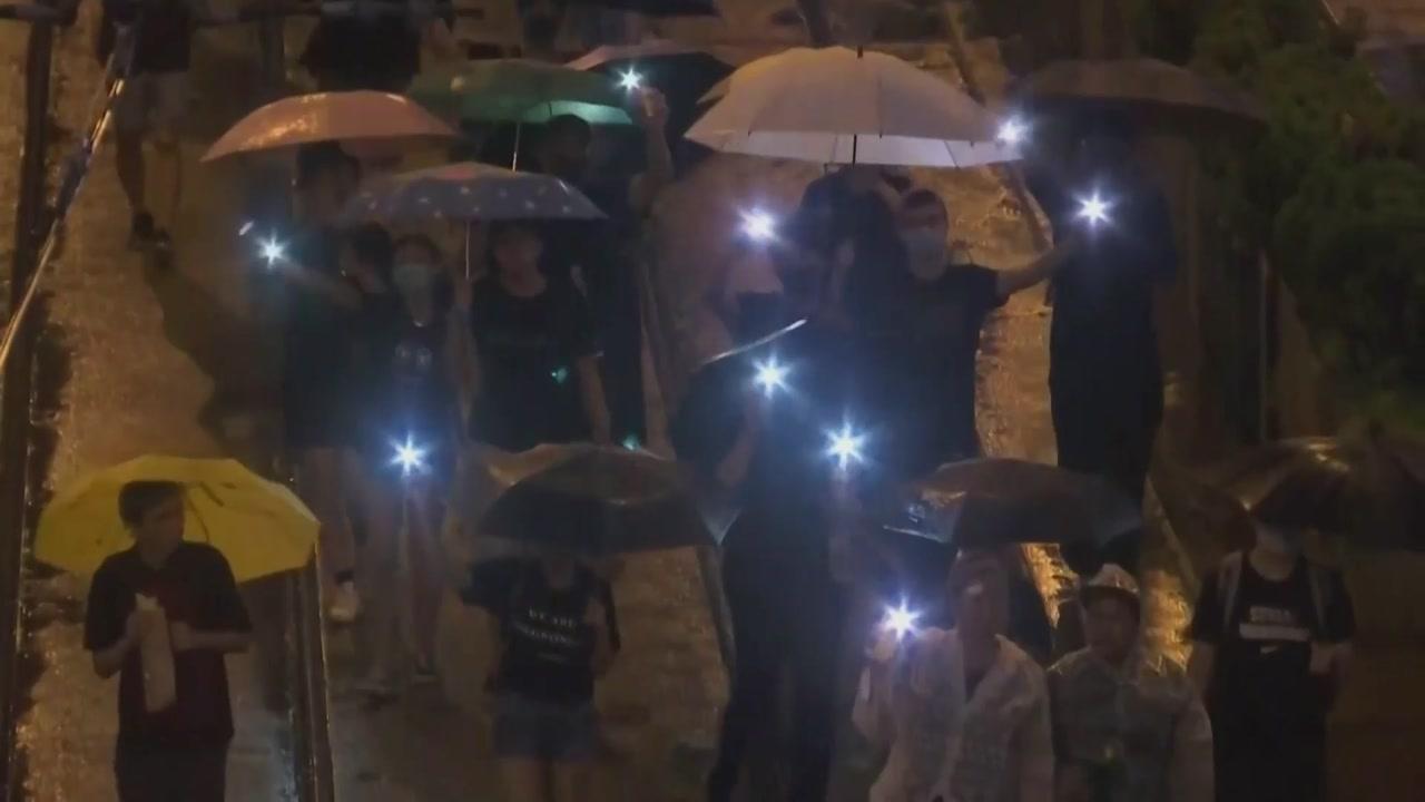 홍콩시민 빗속 대규모 행진...中 무장 경찰 개입 촉각