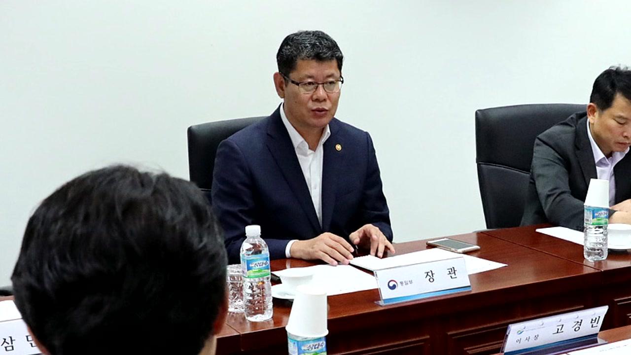"""하나재단 찾은 김연철 장관 """"탈북민 모자 사망 안타까워"""""""