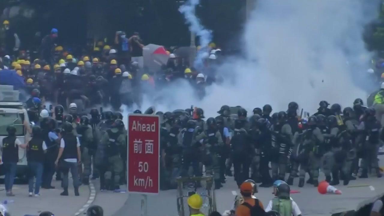 홍콩 시위대-경찰 충돌...10여 일만에 최루탄 등장