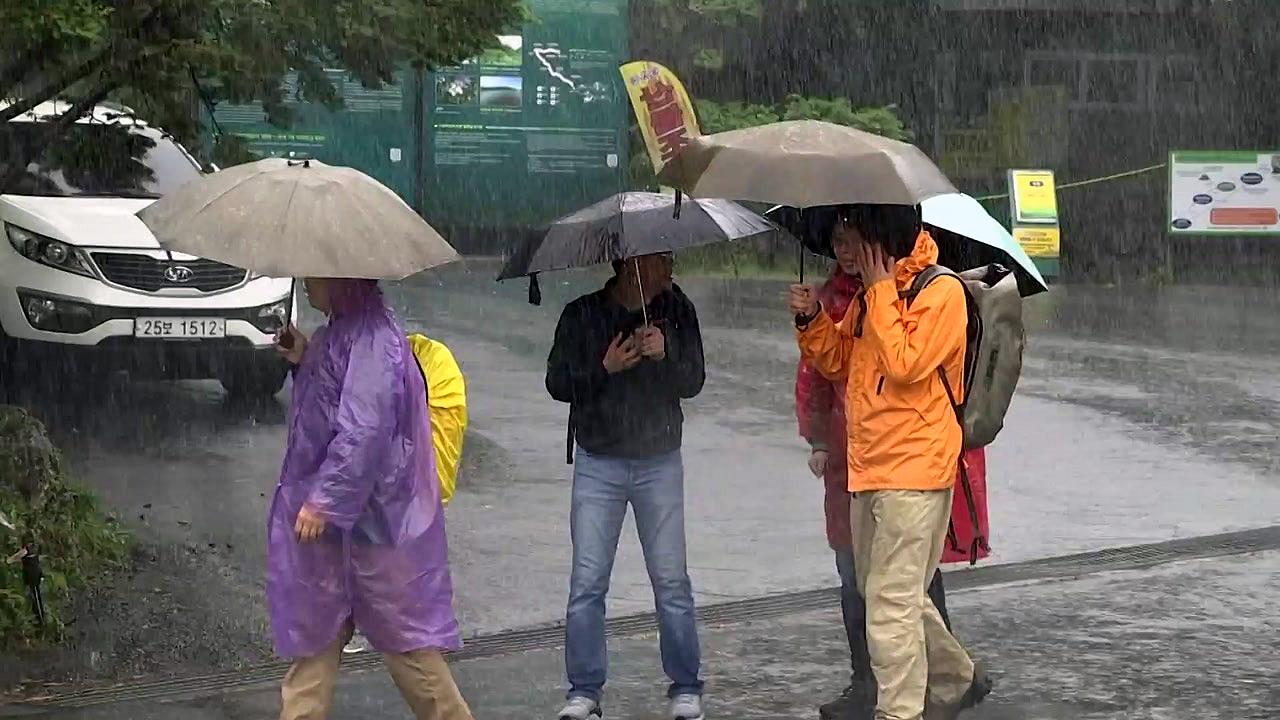 [날씨] 휴일 곳곳 비·소나기...늦더위, 서울 30℃