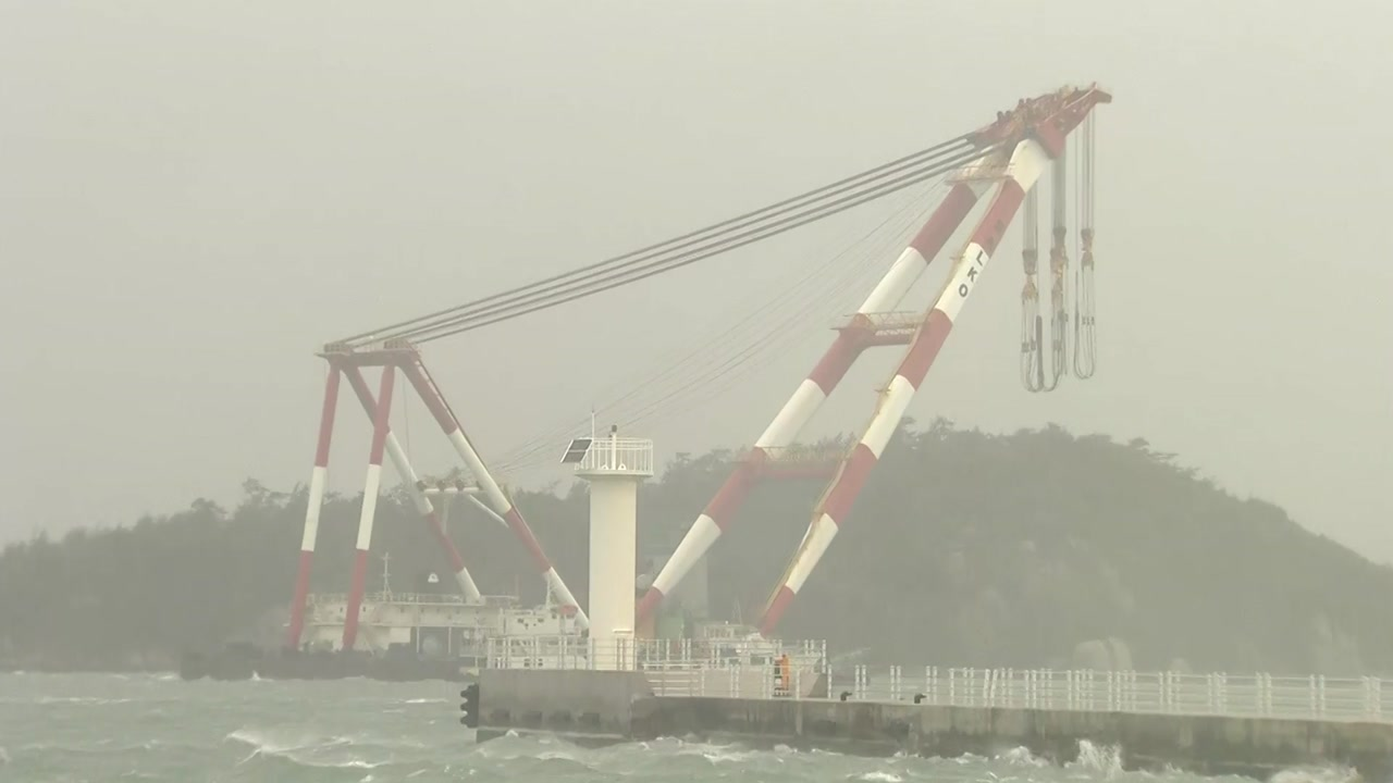 태풍 '링링' 강력한 바람에 떠밀려간 해상크레인