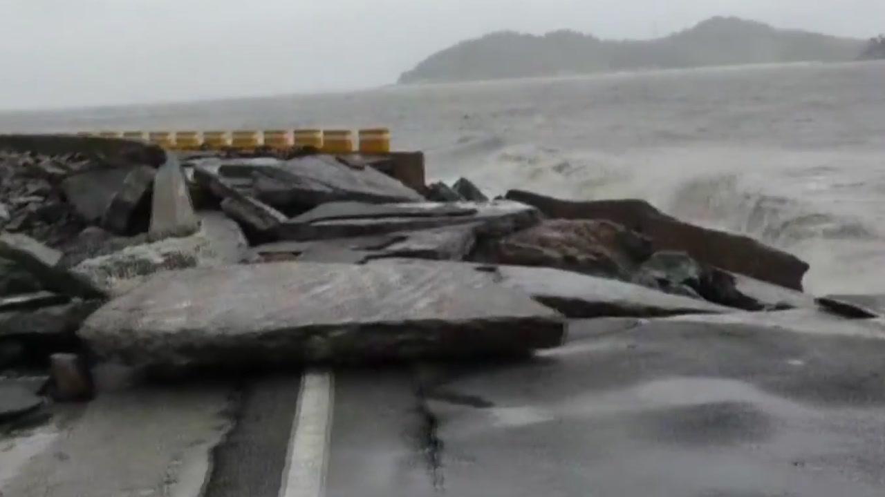 초속 50m 넘는 강풍에 무너지고 막히고...해안지역 피해 속출