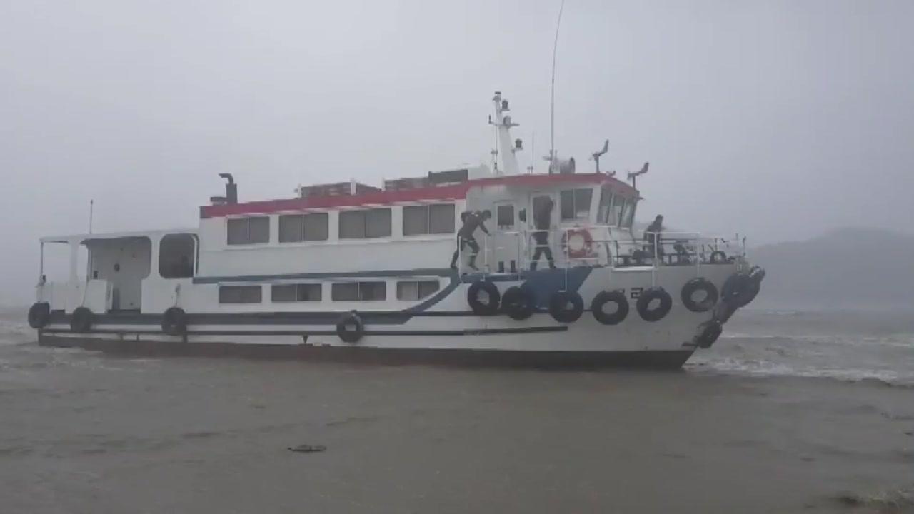 강풍에 정박해 있던 52톤 여객선 떠밀려