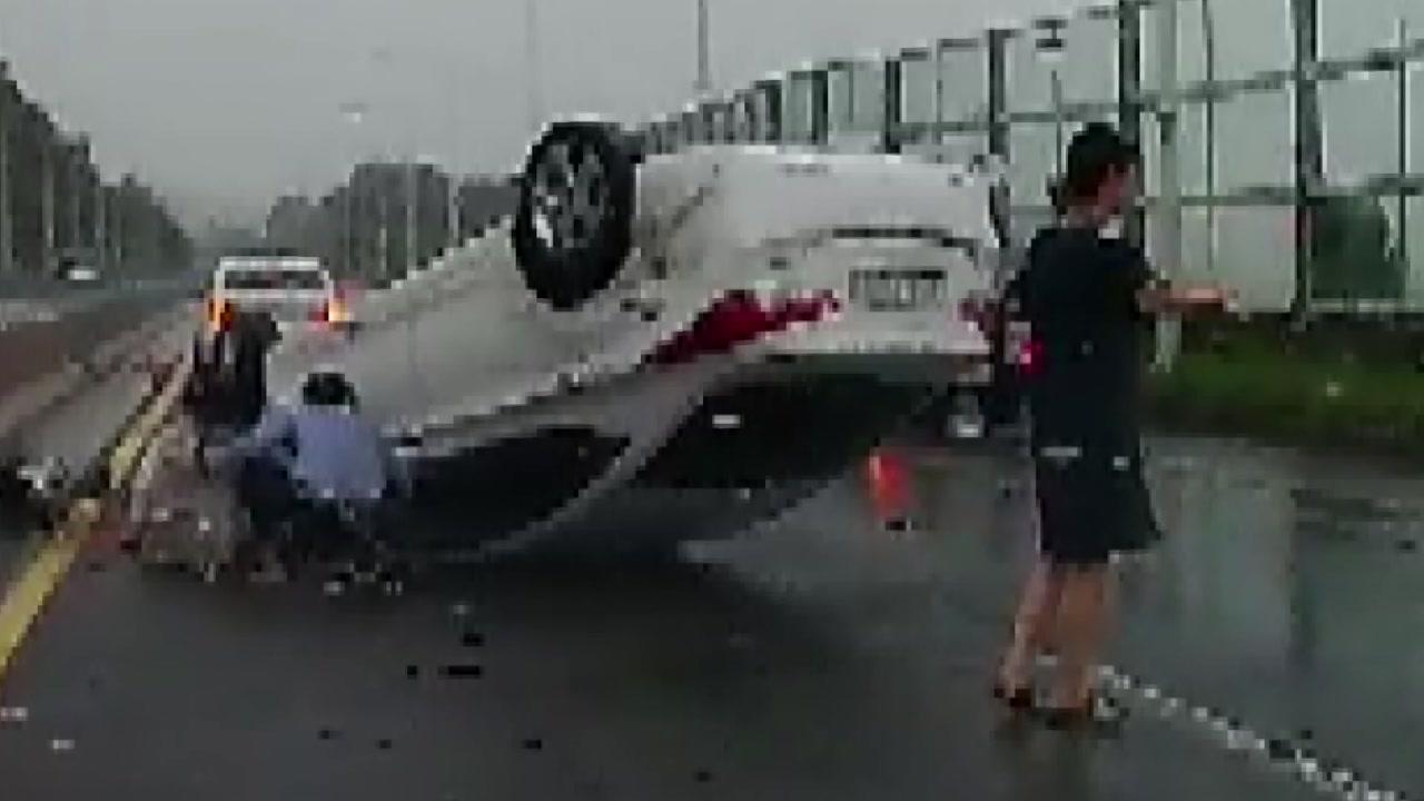 사고로 뒤집힌 차량...결혼식 가다 모자 구한 소방관들