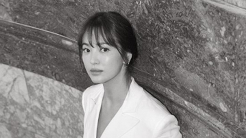 [Y패션] 송혜교, 뉴욕패션위크 참석…화이트 점프수트 완벽 소화