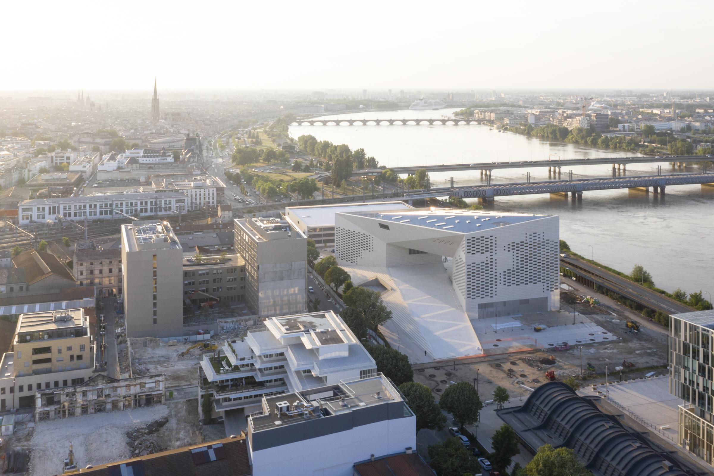 〔안정원의 건축 칼럼〕 어번룸으로 통합한 입체적인 도시 공간 복합문화센터, 메카 구조읽기1
