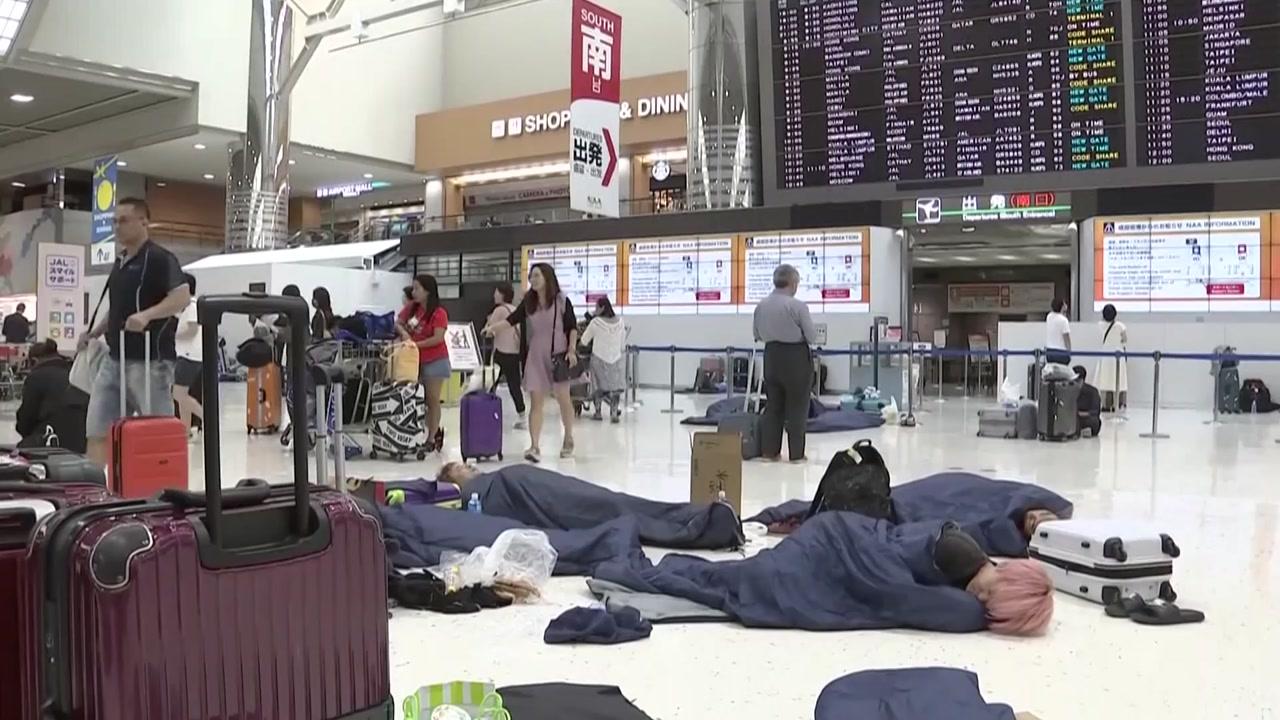 '태풍' 맞은 日 나리타 공항...여행객 밤새 만7천명 고립