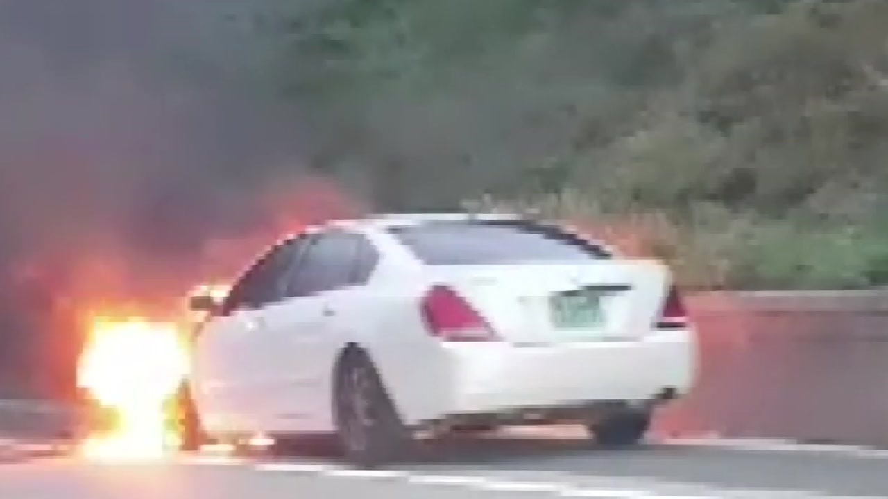 귀성길 고속도로 달리던 차량 엔진에서 불
