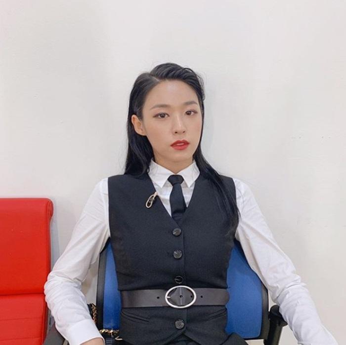설현, 블랙 슈트 입고 반전 카리스마 발산…독보적 비주얼