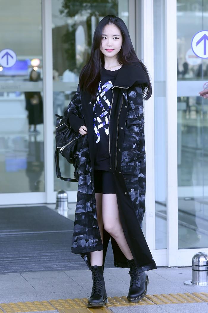 [Y패션] 손나은, 한 계절 앞서간 공항패션…롱 파카 입고 출국