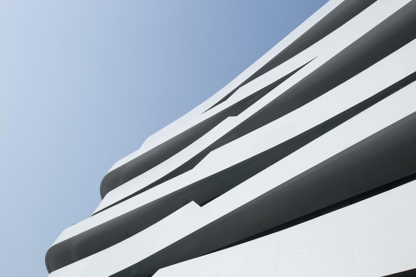 〔안정원의 건축 칼럼〕 중정을 중심으로 절묘하게 조합된 4개의 유기적인 L자형 매스 2