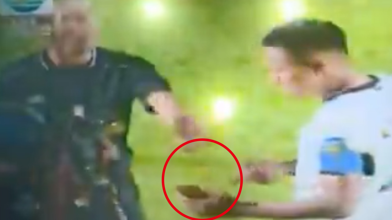 '자체 VAR'...PK 판정에 휴대전화 가져와 항의한 축구선수