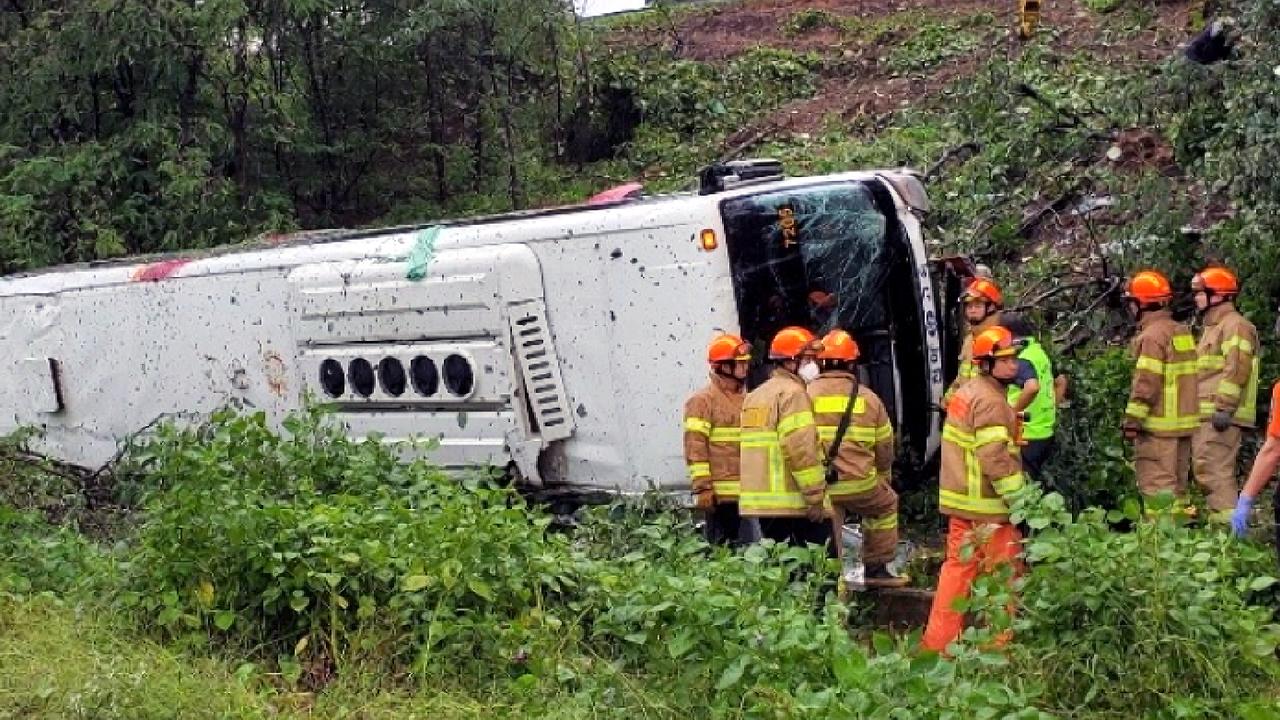 경부고속도 동대구 분기점서 시외버스 추락...19명 사상